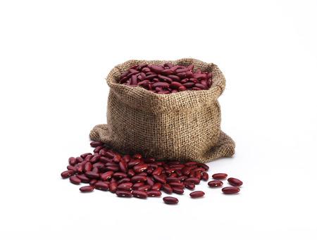 frijoles rojos: Frijoles rojos organiza en el saco aislado en el fondo blanco