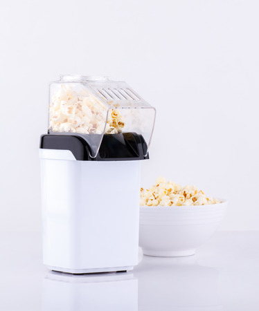 palomitas de maiz: Toma de palomitas máquina aislada en el fondo blanco