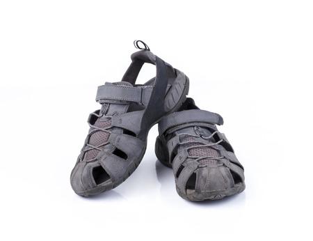 sandal: Sandalia de cuero usada aislada en el fondo blanco