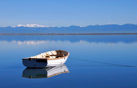 White carvel gebouwd roeiboot aan de kaai op rustige, kalme Tasman Bay, Nelson, Zuidereiland Nieuw-Zeeland