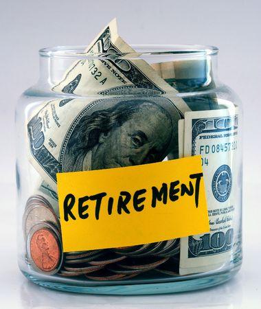 makelaardij: Een heleboel geld in een glazen fles met het label �Retirement�  Stockfoto