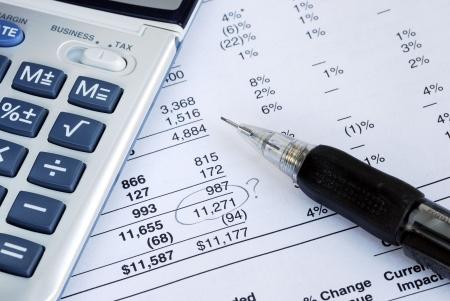 hoja de calculo: Encontrar un error cuando el estado financiero de la auditor�a  Foto de archivo