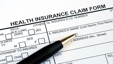 hmo: Compilando il modulo di reclamo di assicurazione sanitaria con una penna