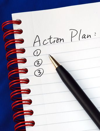 plan de accion: Preparar el plan de acci�n en un panel de escritura aislado en azul  Foto de archivo