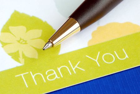 Schrijf de dank u card geïsoleerd op blauw  Stockfoto