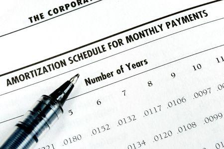 De lening betaling door het controleren van de aflossingstabel berekenen Stockfoto