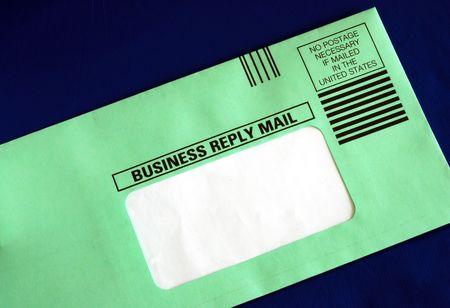 Envoyer une lettre de réponse commerciale avec la partie adresse masquée pour votre texte isolé sur fond bleu Banque d'images - 7393608