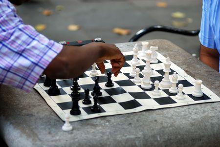 gamesmanship: Dos hombres jugando al ajedrez en un parque  Foto de archivo