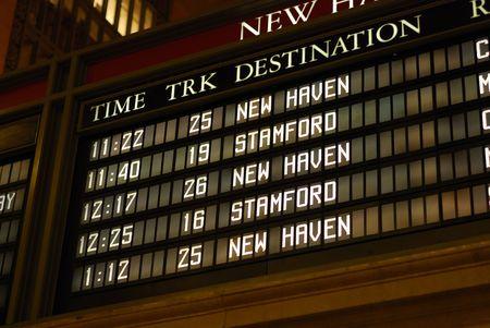 列車のスケジュール掲示板をチェックします。