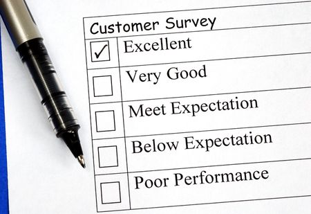 Customer fills in the feedback survey isolated on blue Imagens