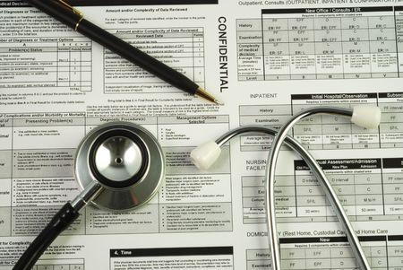 consulta m�dica: Un estetoscopio en la parte superior de un conceptos de documento de la utilizaci�n m�dica de optimizar los beneficios m�dicos