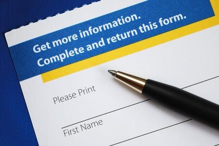 ブルー上に分離されてより多くの情報を要求するフォームを入力してください。