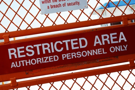 area restringida: Un signo de seguridad fuera de un �rea restringida Foto de archivo