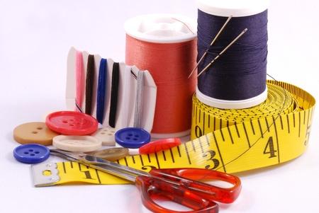 kit de costura: Algunas herramientas de costura tales como hilos, agujas, botones y tijeras Foto de archivo