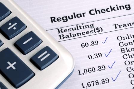 Controleer de bankverklaring en de balans van de rekening Stockfoto