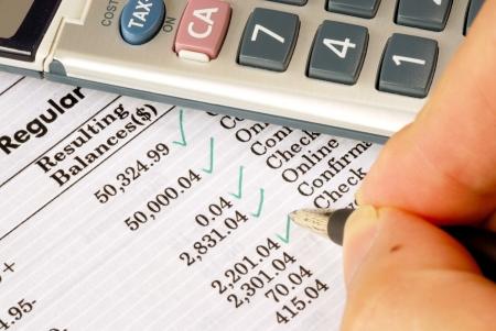 Controleer de maandelijkse bankafschrift Stockfoto