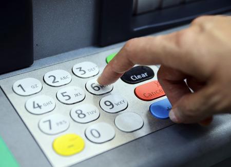 automatic transaction machine: Introduzca la contraseña en el concepto de máquina ATM de la banca y la seguridad Foto de archivo