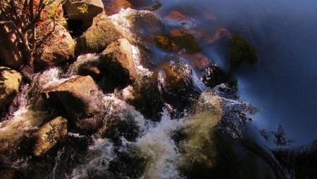Detail van rotsen en stromend water in de natuur