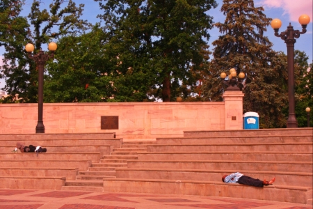Sans-abri dormant dans les escaliers au Dever Ville Civic Center Banque d'images - 22447436