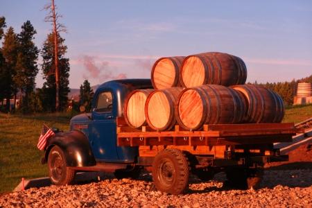 Oude vrachtwagen met houten vaten