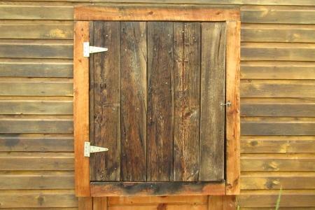 Prachtige houten land deur in stabiele