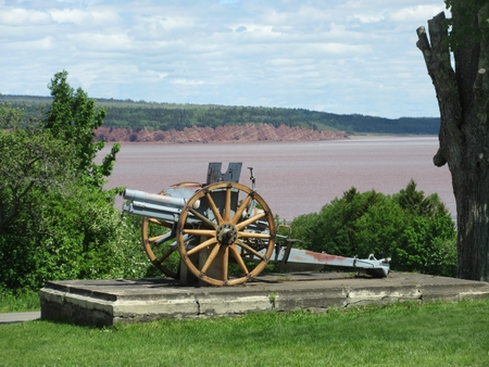 Old cannon overlooking the Petitcodiac River in New Brunswick Stok Fotoğraf - 41816048