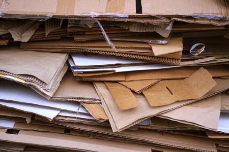 Gestapelde Kartonnen Recycling Dozen In Een Stapel Stockfoto