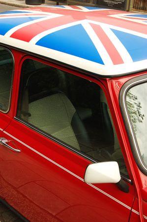 drapeau anglais: Voiture rouge avec sur le toit du pavillon anglais Banque d'images