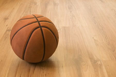 cancha de basquetbol: Baloncesto sobre suelo de madera. Close up.