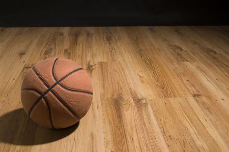 canestro basket: Basket su pavimento in legno. Primo piano.