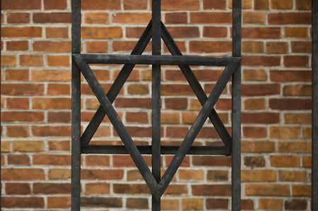 estrella de david: Estrella de David sobre fondo de ladrillo en Cracovia, Polonia. Foto de archivo