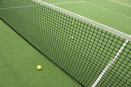 pasto sintetico: Compositon de tenis. Bola amarilla, l�neas y corte. Foto de archivo