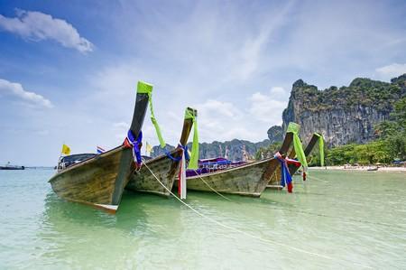 railey: Longtail barche della Thailandia Tradiotional sulla spiaggia Railey.  Archivio Fotografico