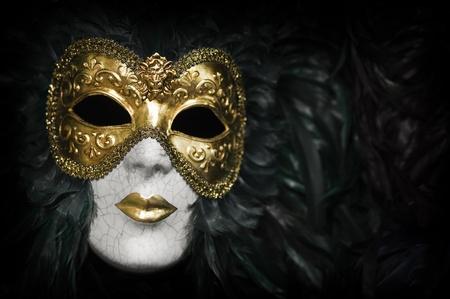 antifaz de carnaval: Máscara de oro tradicional Carnaval veneciano. Venecia, Italia. Foto de archivo