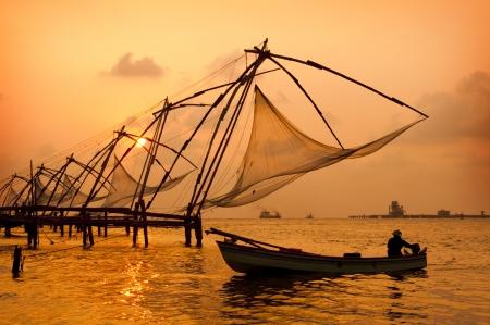 Coucher de soleil sur les filets de pêche chinois et en bateau à Cochin Kochi, Kerala, en Inde