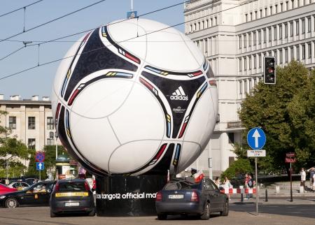 adidas: Warschau, Polen - 16 juni: Standbeeld van officiële Euro 2012 voetbal bal - Adidas Tango 12 in Warschau, Polen. Uefa Euro 2012 wordt georganiseerd door Polen en Oekraïne.
