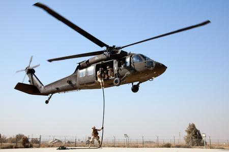 koweit: KOWEIT - 19 janvier: la Marine am�ricaine EOD cordes rapidement sur un Blackhawk SH-60 pour un exercice d'entra�nement Janvier 19, 2011 at Kowe�t. Base navale (KNB) dans le sud de Kowe�t. Editeur