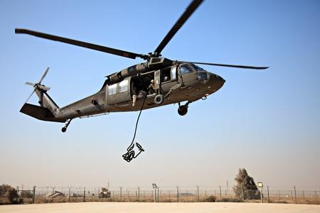 koweit: KOWEIT - 19 janvier: l'arm�e am�ricaine Blackhawk SH-60 gouttes d'une corde pour les NEM Marine � la corde rapidement sur Janvier 19, 2011 at Kowe�t. Base navale (KNB) dans le sud de Kowe�t. Editeur