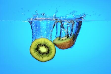 Frutas Kiwi cae al agua Foto de archivo - 12866467