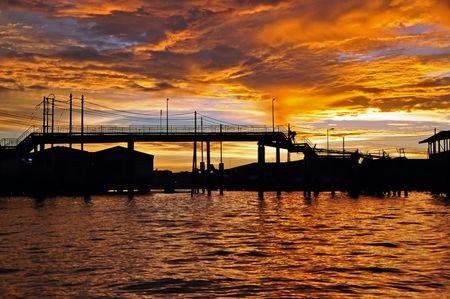 nightime: Silhouette piccolo ponte al tramonto, foto scattata nel Brunei.  Archivio Fotografico
