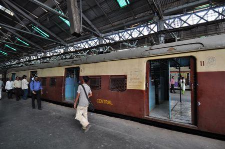 terminus: Mumbai, India - 5 de noviembre de 2009: Train reservado s�lo para damas se detiene en la estaci�n Chhatrapati Shivaji Terminus (CST) el 7 de noviembre de 2009. CST, antiguamente Victoria Terminus, es una de las m�s concurridas estaciones de ferrocarril en la India.  Editorial