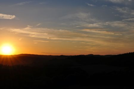 over the hill: Puesta de sol sobre la colina de la Rep�blica Checa, Europa.