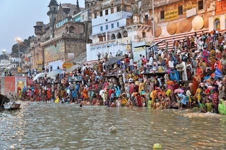 VARANASI, Inde - 29 octobre 2009 : un groupe non identifié du peuple indien laver dans la rivière Ganga, le 29 octobre 2009.  Le rituel sacré de lavage a lieu tous les jours.