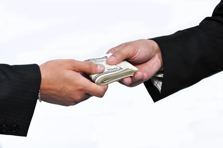 pagando: Dos hombres de negocios y pago de dinero, tiro horizontal.
