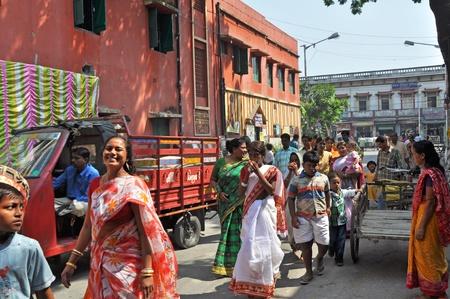 hindues: Calcuta, INDIA - 27 de octubre de 2009: un grupo de gente India en ceremonia de ropa cabeza a celebraci�n hind� el 27 de octubre de 2009.  La vida social de los hind�es est� repleta de celebraciones - ocasiones festivas.