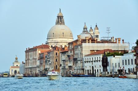 canal house: Barche a motore e architettura veneziana sul canale Grand.