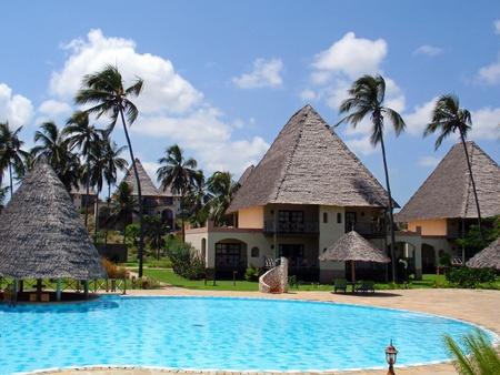 zanzibar: ZANZIBAR, TANZANIA - 1 januari, 2009: weergave van fancy beach resort met zwembad en palm bomen op Zanzibar op 1 januari 2009.