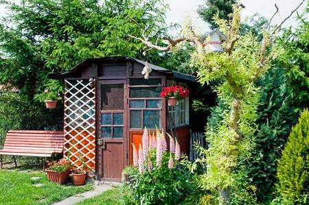 Houten tuinhuisje gebruikt om uit te rusten in de schaduw. Stockfoto
