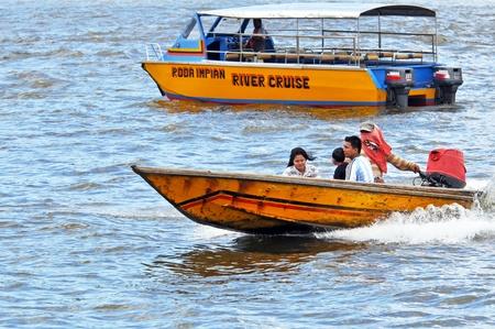 BANDAR SERI BEGAWAN, 브루 아니 - 2010 년 5 월 1 일 : 브루나이 강 물 택시로 2010 년 5 월 1 일에 반다이 세일 Begawan, 브루나이에서 미확인 된 승객 여행. 수상 택시는 도시의 수로 협상을위한 가장 일반적인 수단입니다.