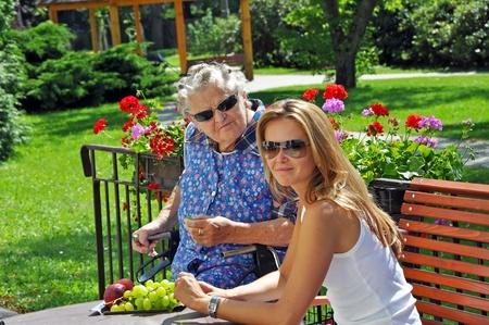 Porträt der Großmutter und Enkelin im Außenbereich übernommen.